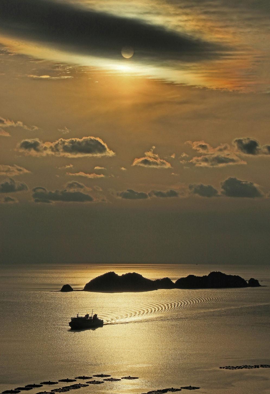 銅賞「夕映えの宇和海を航く」